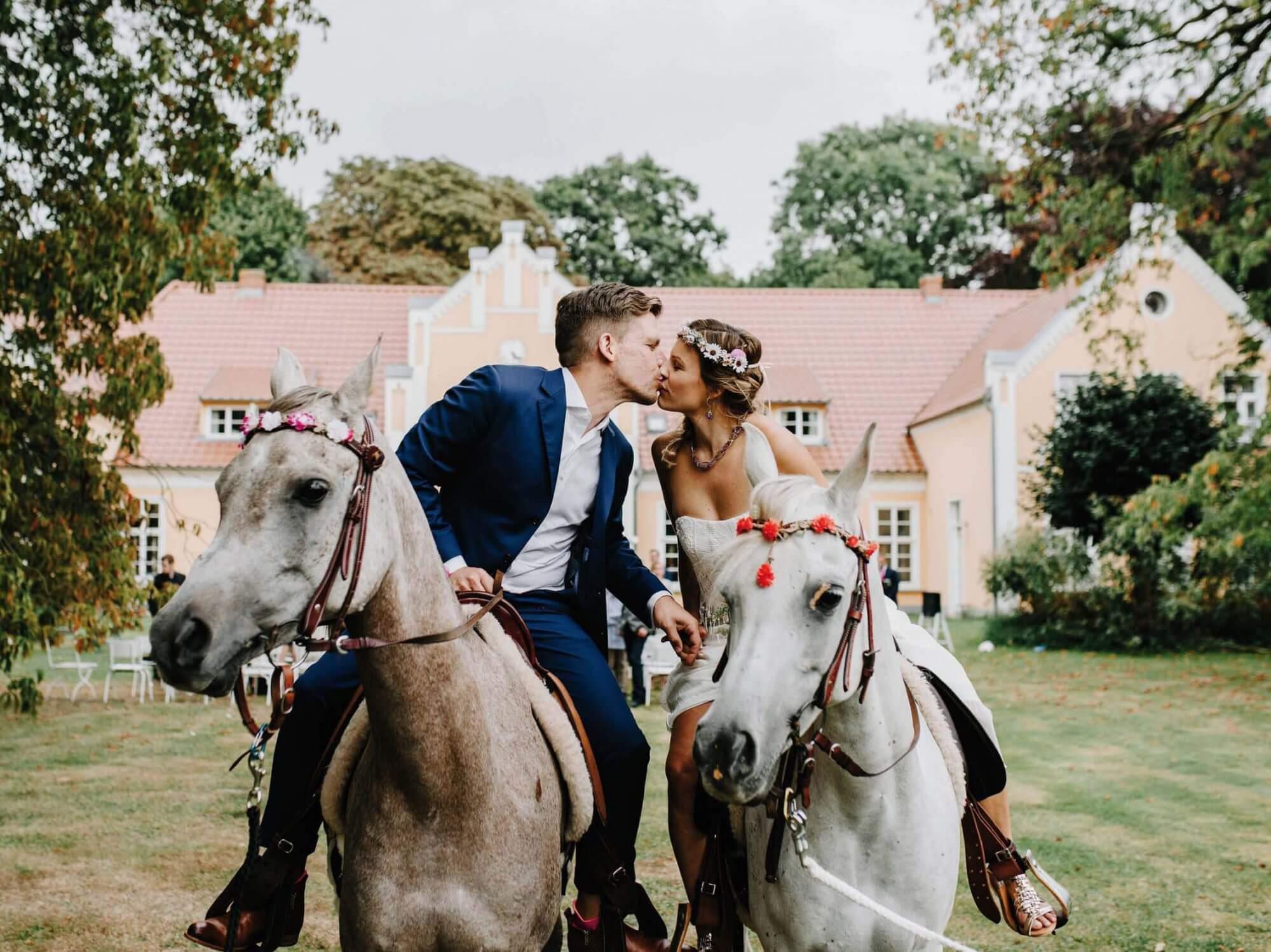 Romantische Hochzeit Location Mecklenburg Vorpommern im Gutshaus Ehmkendorf - Heiraten mit Pferd