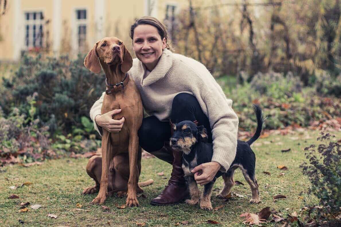 Nadin Fischer mit zwei Hunden