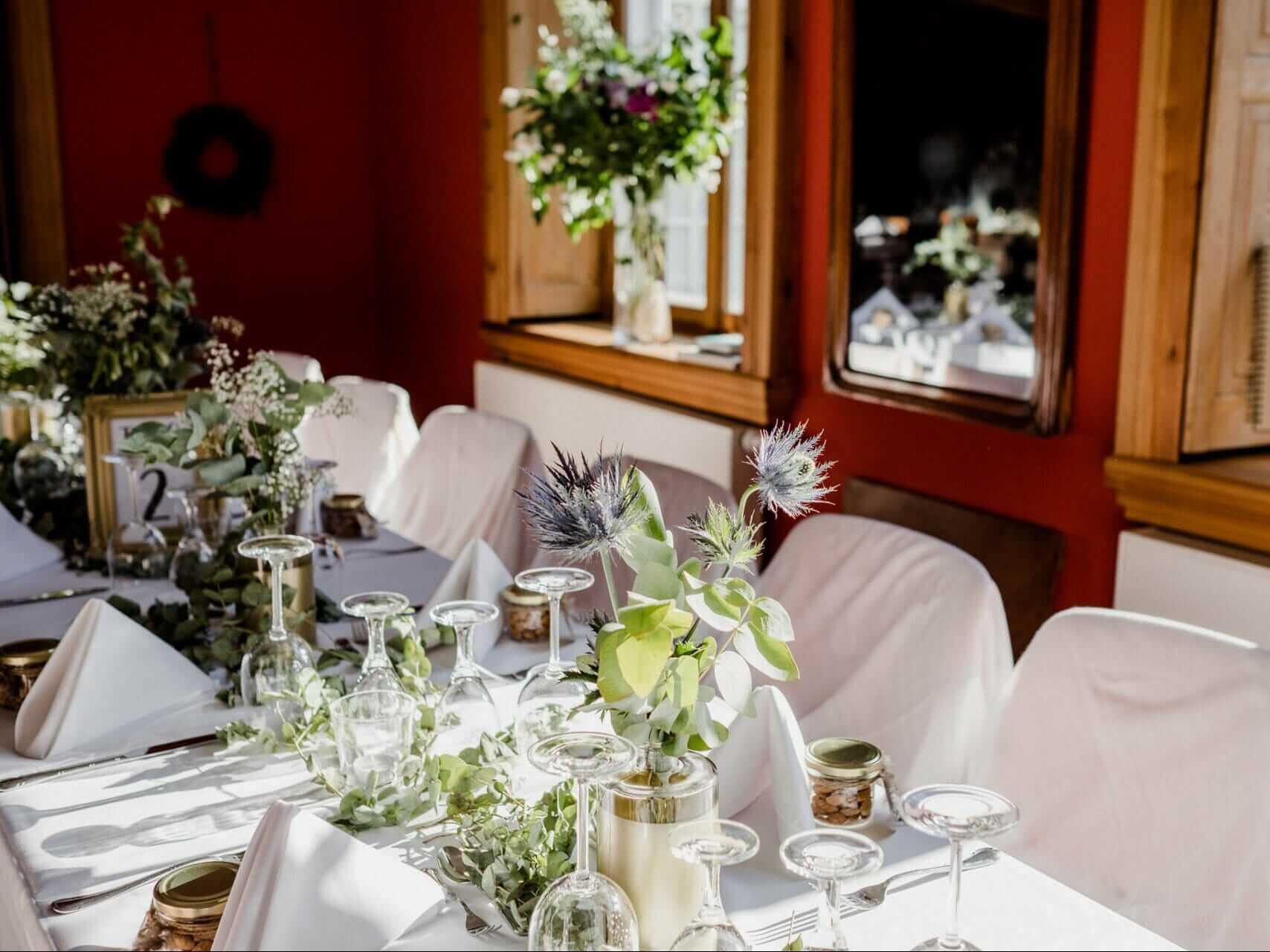 Gutshaus Ehmkendorf - Hochzeitstafel im roten Salon